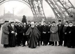 'Abdu'l-Bahá u podnožju Eiffelovog tornja u Parizu, 1912. godine